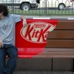 Kitkat reclame op een bankje